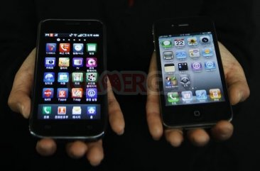 54412_a-samsung-electronics-galaxy-s-smartphone-and-an-apple-inc-s-iphone-4-smartphone-are-seen-in-this-picture-illustration-taken-in-seoul