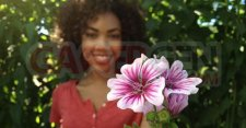 appareil-photo-do-630-iphone-4s-camera-woman-holding-flower-600w
